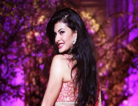 Backless Jacqueline Fernandez new wallpapers
