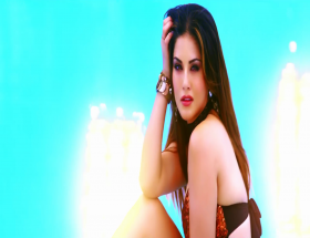 Backless hot Sunny Leone new wallpapers