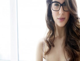 Bollywood actress Elnaaz Norouzi wear spectacles image