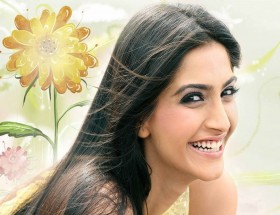 Bollywood actress Sonam Kapoor cute smiling images