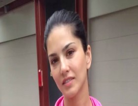 Bollywood actress Sunny Leone without makeup selfie image