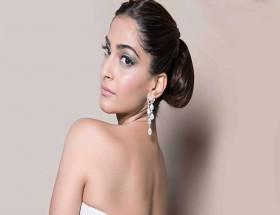 Hot Sonam Kapoor backless new images