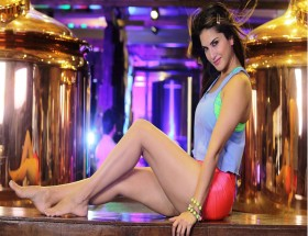 Hot legs in shorts of Bollywood actress Sunny Leone new wallpapers