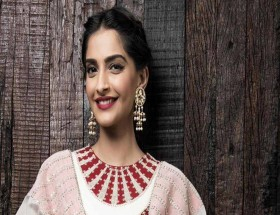 Smile of Sonam Kapoor hd images