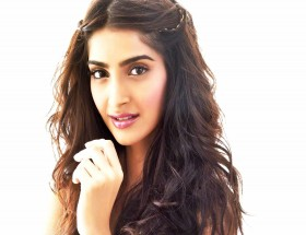 Sonam Kapoor beautiful pics free download