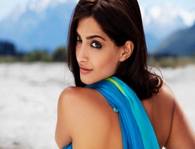 Sonam Kapoor hot backless in I hate love story movie photos