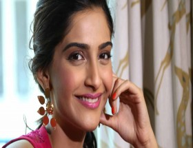 Sonam Kapoor smile pink lips photo