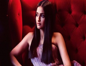 Sonam Kapoor straightening hair Bollywood actress wallpaper