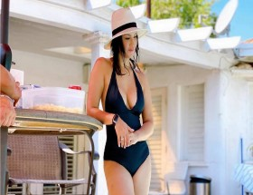 Sunny Leone hot in black swim suit personal photos leaked