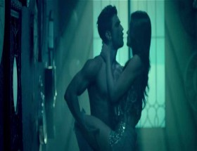 Sushant Singh Rajput hot romance with Kriti Sanon photos