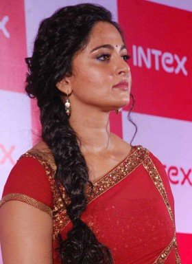 Anushka Shetty red saree photo
