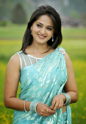 Beautiful Anushka Shetty sleeveless sari photo
