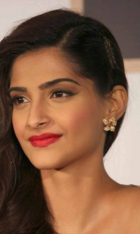 Sonam Kapoor red lips photos